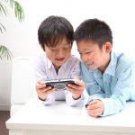 ゲームをする二人の男の子