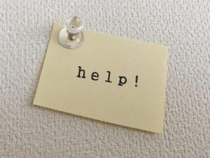 help!と書かれた紙