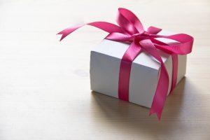 ピンク色のリボンがついたプレゼント