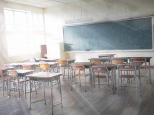 日の差し込む教室
