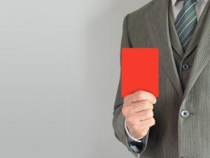 レッドカードを持つビジネスマン